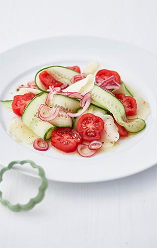 Zeleninový salát se sýrovými kytičkami