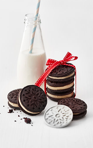 Kakaové sušenky spojované marcipánem